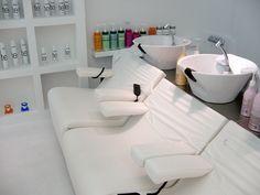 Zsidró salón de pelo por Ákos Hutter y Rétfalvi Donat, Győr Hungría. Spa, Design Blog, Design Furniture, Hairdresser, Beauty Salons, Hair Salons, Barber, Retail, Future