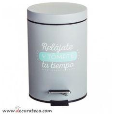 Cubo - papelera de baño pequeña 3L original con frase: Relájate y tómate tu tiempo. Papelera de baño gris y azul mint - WWW.DECORATECA.COM