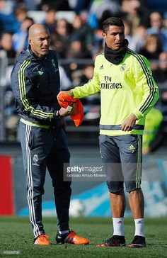 Newly appointed manager of Real Madrid Zinedine Zidane hands a bib to Cristiano Ronaldo during a Real Madrid training session at Valdebebas training ground on January 2016 in Madrid, Spain. Cr7 Messi, Cr7 Ronaldo, Cristiano Ronaldo 7, Neymar, Ronaldo Soccer, Ronaldo Real, Madrid Football Club, Best Football Team, Psg