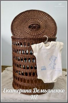 Newspaper Basket, Newspaper Crafts, Willow Weaving, Basket Weaving, Paper Furniture, Clothes Basket, Bamboo Crafts, Candy Crafts, Cardboard Paper