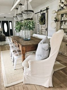 33 Popular Modern Farmhouse Dining Room Design Ideas - Home Bestiest French Country Dining Room, Farmhouse Dining Room Table, Metal Farmhouse Chairs, Long Narrow Dining Table, Dining Table Rug, White Farmhouse Table, Ikea Dining Room, Primitive Dining Rooms, French Table