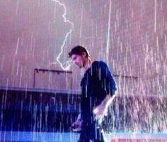 Zayn in the rain (pic via Twitter)