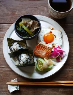 What I ate this morning: 2014/01/06 sunny sidw up, grilled salmon, rice balls, pickled daikon, zha cai, boiled mushrooms and mustard leaf