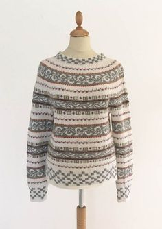 Nice sweater knitted in alpaca from Sandnes Nice sweater knitted in alpaca from snowboard sweater-aKnitting, Mittens, crochet with sewn floss collar, woman, 1 pair - Norwegian Folk Mu. Crochet Dolls Free Patterns, Knitting Patterns Free, Free Knitting, Knitting Sweaters, Knitting Designs, Knitting Projects, Fair Isle Pullover, Drops Karisma, Drops Baby