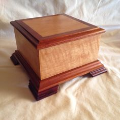 Medium Exotic Wood Pet Cremation Urn 60 Lbs or Less Quilted Anigre and Mahogany Small Wooden Boxes, Wooden Jewelry Boxes, Wood Boxes, Cremation Boxes, Pet Cremation Urns, Woodworking Workshop Plans, Woodworking Projects That Sell, Woodworking Ideas, Woodworking Store