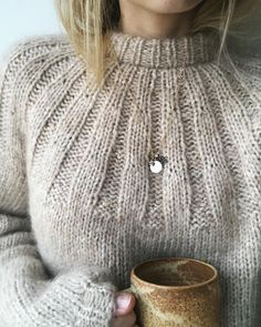 Sunday Sweater 🥐 Jeg bliver nok nødt til at strikke en tilA imagem pode conter: uma ou mais pessoas e closeupBucket list: knit a cute sweater.Cosy jumpers are what I love the mostImage may contain: one or more people and closeup Knitting Stitches, Knitting Needles, Hand Knitting, Vogue Knitting, Cable Knitting, Knitwear Fashion, Knit Fashion, Knitting Patterns, Crochet Patterns