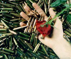 Wat kogels, een hand en een roos - Digitaal verbeterde afdruk van een originele kleuren afdruk uit 1996. - 2010 - Unsorted images - Foto door Mark van Laere