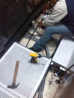 proceso de cerramiento de piso técnico ( se instaló la base metálica antisísmica )