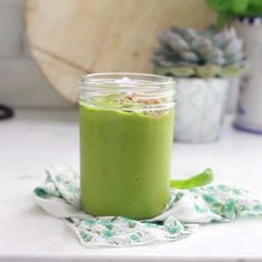 The best tropical green smoothie with spinach that you can make ahead! Green and… Il miglior frullato verde tropicale con spinaci che puoi preparare in anticipo! Frullato verde e luminoso! Healthy Green Smoothies, Apple Smoothies, Green Smoothie Recipes, Breakfast Smoothies, Healthy Drinks, Nutrition Drinks, Smoothies With Spinach, Vitamix Green Smoothie, Green Machine Smoothie