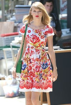 Taylor Swift Photos - Singer Taylor Swift steps out looking beautiful in a floral print dress on June 2014 in New York City, New York. - Taylor Swift Steps Out in NYC Estilo Taylor Swift, All About Taylor Swift, Taylor Swift Outfits, Taylor Swift Songs, Taylor Swift Style, Taylor Swift Pictures, Taylor Alison Swift, Lady Gaga, Jennifer Lopez
