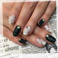nail_love_doramiお客様NAIL♡ ・ 今流行りの大理石風アート✨ 柔らかくなるように、あえてマーブルっぽく✨ 一色塗りは黒に見えてるかも知れませんが、実は深緑です ・ #大理石風 #ネイル #ネイルアート #大理石ネイル #ネイルサロン #fashion #beauty #nail #gel #cool #trend #たまにはカッコよく