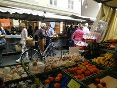 Gut gekleidete Salzburger auf dem Markt Tours