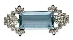 AN ART DECO AQUAMARINE, SAPPHIRE, DIAMOND, GOLD AND PLATINUM BROOCH