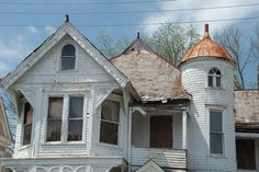 Sad once it stood majestic and proud now.deteriorated home. Abandoned Castles, Abandoned Mansions, Abandoned Places, Old Buildings, Abandoned Buildings, Haunted Houses, Old Houses, American Barn, Old Country Churches