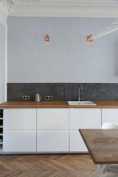 Un projet particulièrement raffiné et élégant réalisé par l'agence Vafadari Architecture http://cassandravafadari.com Crédence de la cuisine habillée de zelliges unis 10*10 cm - n°29