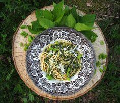 Kuusenkerkkäpestopasta Pesto, Serving Bowls, Cabbage, Spaghetti, Yummy Food, Vegetables, Tableware, Ethnic Recipes, Outdoor Decor