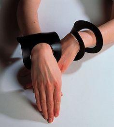 Bracelets - Anita Evenepoel, 1983, black rubber