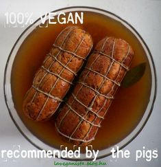 Idén vége a bolti gabona gömböc egyeduralmának. Ha minden jól megy, házi vegán sonka kerül az asztalra. A kicsit macerás és néhány összetevőben módosított recept alapja a Hobbifőzőcske blogon található. Hogy bonyolítsam a helyzetet, kitaláltam, sonkaháló híján magam… Vegan Vegetarian, Vegetarian Recipes, Healthy Recipes, Paleo, Food Vans, Greens Recipe, Hot Dog Buns, Main Dishes, Food And Drink