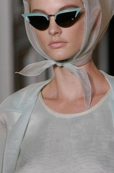 Cat's eye sunnies and headscarves on the runway at Rochas call to mind elegant glamour Estilo Pin Up, Four Eyes, Cat Eye Glasses, 50s Glasses, Ray Ban Sunglasses, Sunglasses Outlet, Sports Sunglasses, Retro Sunglasses, Mode Vintage