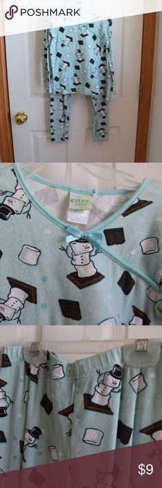 Snowman Marshmallow Two Piece Kids Pajamas So cute and in great condition! These snowmen are sure to be a hit with kids! So fun! Size 8 Circo Pajamas Pajama Sets