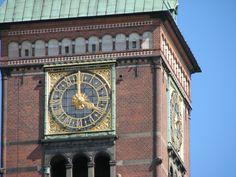 O Relógio Mundial e Astronômico de Jens Olsen na torre do Rådhus, onde está instalada a Câmara Municipal de Copenhague, Dinamarca. O famoso relógio foi concluído em 1955. É composto por mais de 15.000 peças e além de mostrar a hora exata local e através do mundo, permite ver a data atual, dia da semana, mês e ano, os planetas, nascer e pôr do sol, a duração do dia e da noite, as fases da lua, as datas de todos os feriados cristãos, um mapa do céu sobre a Dinamarca.  Fotografia: Thue.