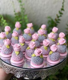 "SHOPFESTA on Instagram: ""Lindo e cheio de charme.🌷💕 feito por @obomdafesta⠀ .⠀ Inspire-se e Faça a Festa @shopfesta 🎈"" Meringue Cookies, Cupcake Cookies, Mini Desserts, Dessert Recipes, Cookie Pops, Small Cake, Cakepops, Celebration Cakes, Mini Cakes"