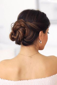This elegant updo is gorgeous AND super easy to create (literally just 2 minutes). Check out our latest tutorial on YT or at www.bit.ly/2minbun and tag your recreations with #luxyhair for a chance to be featured on our account <3
