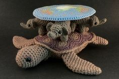 Visto aquí: http://www.geeksofdoom.com/2011/02/25/geek-craft-crocheted-amigurumi-discworld/