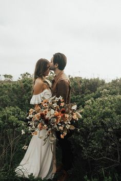 Earthy bohemian wedding with dreamy florals | Image by Michelle Larmand Photography