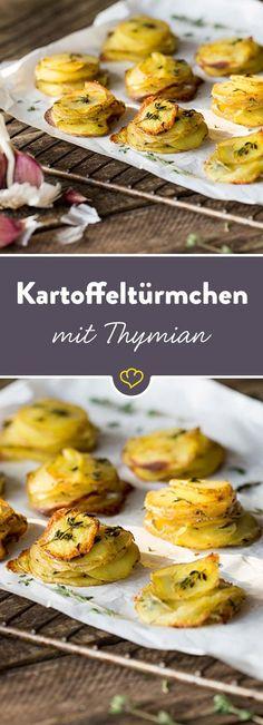 Da wird die Beilage zum Blickfang: Die würzigen Kartoffeltürmchen aus dem Ofen sind eine knusprige Versuchung mit frischem Thymian und Knoblauch.
