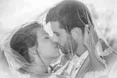 Jeunes mariés qui s'embrassent sous un voile, photo noir et blanc Technique Photo, Marie, Couple Photos, Couples, Photo Black White, Newlyweds, Veil, Couple Shots, Couple Photography
