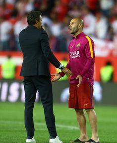 Luis Enrique charla con Mascherano.