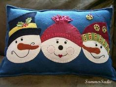 Sew a Felt Pillow with Three Snowmen for Christmas Three jolly snowmen faces decorate this cozy felt Christmas pillow. Christmas Cushions, Christmas Pillow, Felt Christmas, Christmas Applique, Christmas Sewing, Christmas Projects, Snowman Quilt, Felt Pillow, Snowman Faces