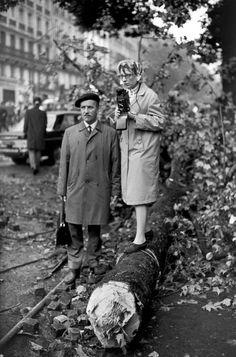 Henri Cartier-Bresson, Regarder les émeutes, 1968, Paris, France.  © Henri Cartier-Bresson/Magnum Photos.