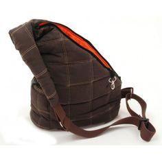 Elegante y original bolso bandolera para llevar perros pequeños. 30x15x66 cm.