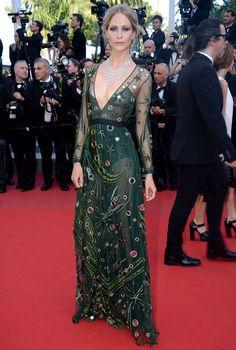 Poppy Delevingne portait une robe Burberry Prorsum et un collier Chopard - J5