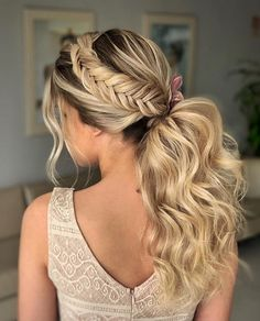 Ponytail Hairstyle is a short-braided hairstyle that concentrates most of the hair back and uses a leather case or other elastic ornament to tie the braid up and stand in mid-air. The Ponytail Hairstyle is named because it looks like the tail of a h Messy Ponytail Hairstyles, Fancy Hairstyles, Everyday Hairstyles, Bride Hairstyles, Bridal Ponytail, Bridal Hair, Business Hairstyles, Wedding Hair Inspiration, Hair Pictures