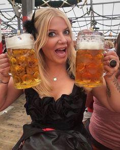 Oktoberfest Outfit, Oktoberfest Beer, European People, Funny Poses, Beer Girl, German Beer, Beer Festival, Best Beer, Root Beer