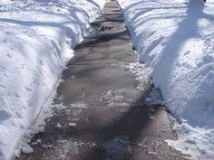 Le marc de café est un super gravier pour éviter que les routes ou trottoirs ne deviennent glissants, et l'acidité aide à fondre la glace plus vite.