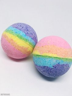 These DIY Lush-inspired Bath Bombs are super easy to make. Customize your with essential oils, colors and shapes. This rainbow bath bomb is my favorite! Pot Mason Diy, Mason Jar Crafts, Diy Hanging Shelves, Floating Shelves Diy, Diy Home Decor Projects, Diy Projects To Try, Art Projects, Bath Boms Diy, Rainbow Bath Bomb