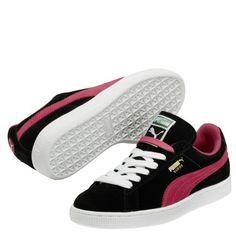 Deze Puma Suede classic is een sneaker voor dames. De sneakers zijn gemaakt van suède en hebben ventilatiegaatjes aan de zijkant om je voet te kunnen laten ademen. De sneakers hebben een voering van textiel waardoor de schoenen comfortabel aanvoelen. De moderne sneakers zijn geschikt voor onder een casual outfit.
