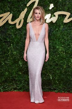 Rosie Huntington Whiteley looks stunning in a plunging custom made Burberry gold sequin gown at The British Fashion Awards Rosie Huntington Whiteley, British Fashion Awards, Alicia Vikander, Red Carpet Looks, Red Carpet Fashion, British Style, Star Fashion, Outfit, Dress To Impress