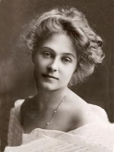 Edwardian, A beautiful young woman, .She has such a gentle and radiant countenance. Vintage Abbildungen, Vintage Beauty, Vintage Postcards, Vintage Ladies, Vintage Woman, Vintage Pictures, Old Pictures, Vintage Images, Old Photos