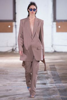 These are the spring summer 2019 fashion trends you need to know about. From the colour to know to the bag to carry, this is the Vogue edit of the top catwalk fashion trends for spring summer Spring Fashion Trends, Spring Trends, Trendy Fashion, Winter Fashion, Fashion 2020, Fashion Brands, Fashion Ideas, Fashion Inspiration, London Fashion Weeks