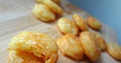 The Cooking Actress: Homemade Cheddar Cheese Crackers (Cheez-Its) Homemade Cream Cheese Recipe, Cheddar Cheese Recipes, Homemade Crackers, Homemade Pasta, Tea Time Snacks, Salty Snacks, Mets, Yummy Appetizers, Snack Recipes