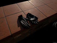 i guanti di Silvia - come scrivevo non ho documentato la scena della preparazione in famiglia però, quando sono tornato dalla camminata, ho trovato dei guanti stesi sul muretto ad asciugare e mi hanno spiegato che erano indispensabili per non pungersi mentre si pulivano i carciofi...