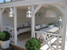 Veranda in de achtertuin, tafel met plaats voor 6 personen, klepbank voor 4 personen