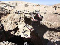 """Für sein neuestes Ziel reiste der Extremsportler und Fallschirmspringer in den Mittleren Osten, ins Sultanat Oman. 120 Meter tief ist die Höhle """"Seating of the Spirits"""" auf dem Selma-Plateau, die zweitgrößte Höhle der Welt."""