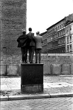 The Berlin Wall 1962 ~ Henri Cartier-Bresson Robert Doisneau, Magnum Photos, Candid Photography, Street Photography, Documentary Photography, Vintage Photography, Henri Cartier Bresson Photos, Pierre Brice, Walker Evans