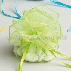 Une tulle pour dragées vert anis, ce ballotin à dragées sera aussi bien apprécié lors d'un mariage ou d'un baptême.